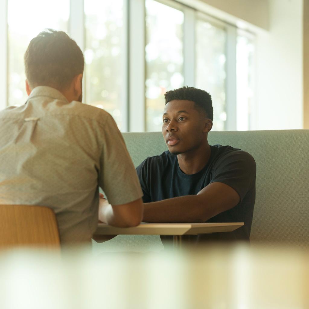 Deux entrepreneurs discutant de la configuration d'une page web